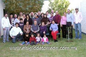 09012008 El festejado acompañado de su esposa, sus seis hijos, hijos políticos, nietos y bisnietos el día de su cumpleaños.