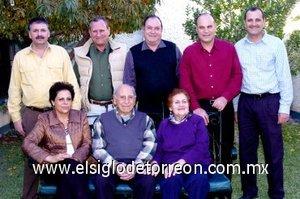 09012008 El matrimonio Murra Giacomán acompañado de sus hijos Gerardo, Ricardo, David, Eduardo, Teófilo y María Guadalupe.