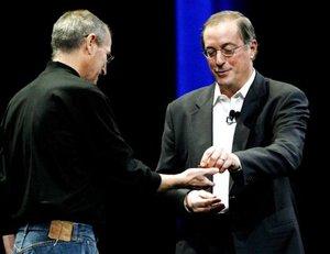 El consejero delegado de Intel Paul Otellini  le entrega al director general y cofundador de Apple Steve Jobs un chip simbólico durante el discurso de apertura de Jobs de la Macworld Expo 2008 en San Francisco, California.