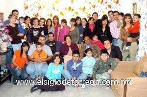 14012008 Rodolfo Segovia festejó 80 años con sus familiares.