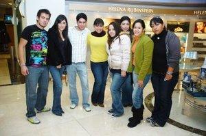 17012008 Jorge Mendoza, Karla Casas, Ernesto Peinado, Caro Jaime, Sofía Valdés, Delia Alvarado, Isis Gallegos y Emilia Díaz, en una tienda comercial.