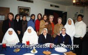 18012008 Rosy Torre, Analy López, Ana Campos, Delia Gómez y Chavelita Gil acompañadas de los representantes de las casas de beneficencia que recibieron el donativo.