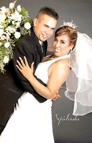 Sr. Néstor Armando Jaime González Hernández y Lic. Mayra Angélica García Treviño unieron sus destinos en sagrado matrimonio en el altar de la capilla de la Resurrección, el jueves 27 de diciembre de 2007.  <p> <i>Estudio Sepúlveda</i>