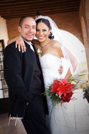 Sr. Manuel Agustín López Zamacona y Srita. Yolanda Elena Simental Amador contrajeron matrimonio en la parroquia de Nuestra Señora de la Encarnación, el pasado sábado 29 de diciembre de 2007. <p> <i>Estudio Lucero Kanno</i>