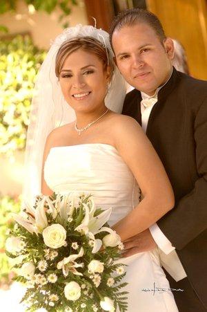 IBQ. Aldo Iván Rodríguez Orozco e IBQ. Cecilia Lizbeth Ramírez Cueto recibieron la bendición nupcial en la parroquia de Nuestra Señora. Del Refugio en Matamoros, Coahuila, el pasado miércoles 26 de diciembre de 2007.  <p> <i>Estudio Carlos</i>