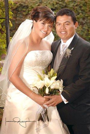 Sr. Pedro Manuel Martínez Barrón y L.E. Cynthia Estela Carrillo Berna unieron su vida en sagrado matrimonio en la parroquia de La Inmaculada Concepción, el sábado 22 de diciembre de 2007.  <p> <i>Estudio Laura Grageda</i>