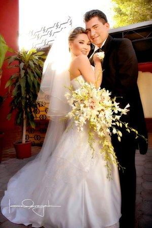 Lic. Omar Quiñones Torres y Lic. Esperanza Alejandra Limones González recibieron la bendición nupcial en la parroquia de La Sagrada Familia el sábado 29 de diciembre de 2007.  <p> <i>Estudio Laura Grageda.</i>