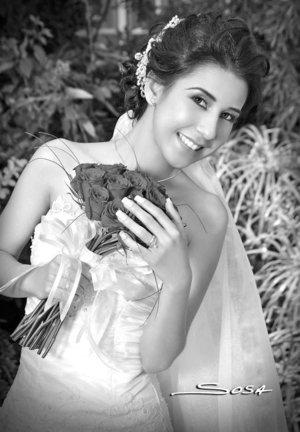 Srita. Georgina Janetth Navarro de la Torre el día de su boda con el Sr. Jonathan Ruiz Barbosa.  <p> <i>Studio Sosa.</i>