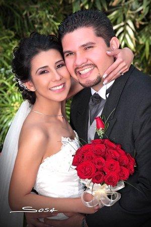 Sr. Jonathan Ruiz Barbosa y Srita. Georgina Janetth Navarro de la Torre recibieron la bendición nupcial en la parroquia Los Ángeles el sábado 22 de diciembre de 2007.  <p> <i>Studio Sosa</i>