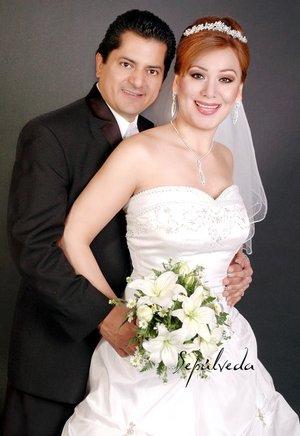 Sr. Luis Mario Cervantes Rodríguez y Srita. María del Refugio Aguirre Valdez contrajeron matrimonio en la parroquia de Nuestra Señora de Guadalupe, el pasado sábado 22 de diciembre de 2007.  <p> <i>Estudio Sepúlveda</i>