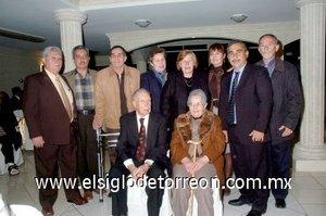 16012008 Los novios con sus hijos Juan Carlos, José Luis, Jesús Noé, María del Rosario, María del Carmen, Laura Gema, Irineo Octavio y Javier Antonio.