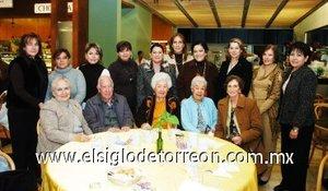 20012008 Por su cumpleaños, doña Bertha de Bartheneuf fue felicitada en grande.