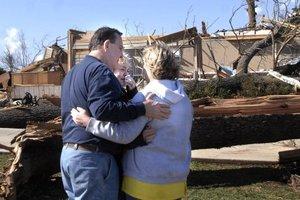Devastación y muerte dejaron  los intensos tornados que azotaron a la nación estadounidense.