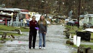 Las cuadrillas de rescate iban casa por casa en busca de más víctimas.