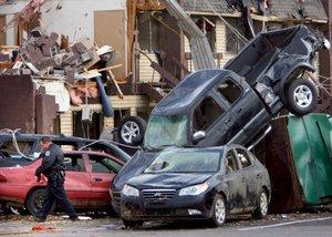 Los habitantes de cinco estados del Sur trataron de rescatar sus pertenencias de sus viviendas, luego del paso de tornados que arrancaron tejados, destrozaron viviendas y comercios.