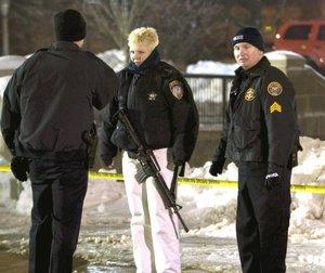 Miembros de la Policía patrullan en el campus de la Universidad del Norte de Illinois, en Dekalb (EU), después de que un hombre abrió fuego en el salón de conferencias.