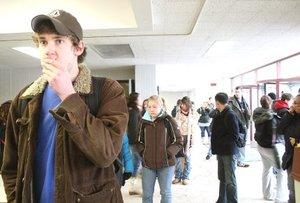 George Gaynor, un estudiante de geografía que se encontraba en la sala cuando ocurrió la balacera, declaró al periódico estudiantil Northern Star que el pistolero era un hombre blanco delgado que traía puesta una media.