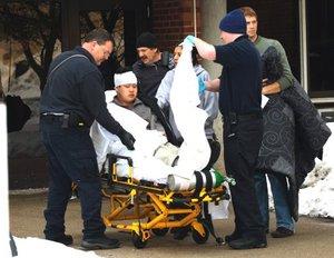 Cinco fueron enviadas en avión a otros hospitales, incluyendo una mujer con una herida en el pecho y otras dos víctimas con lesiones en la cabeza. Un paciente allí murió, dijo Komitas.