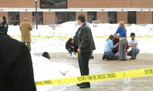 El rector John Peters dijo que el hombre disparó con una escopeta y dos pistolas desde una tarima del Cole Hall.