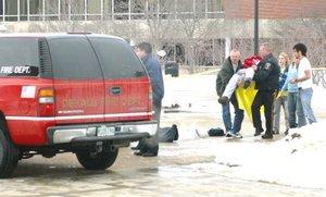 Un hombre vestido de negro abrió fuego desde la tarima de un aula en la Universidad del Norte de Illinois, matando a siete personas y lesionando a varias más antes de suicidarse, indicaron las autoridades.