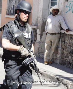 Un fuerte operativo policiaco, por tierra y por aire, conformado por elementos de la Dirección Estatal de Investigación y elementos del Ejército, se llevó a cabo en el fraccionamiento Jardines de Durango.