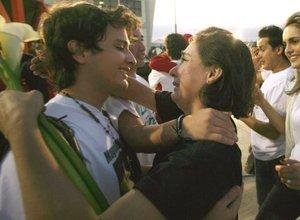 La ex parlamentaria colombiana Gloria Polanco de Lozada abraza a uno de sus hijos, tras el aterrizaje del avión que llevó a los cuatro ex congresistas a la capital venezolana.