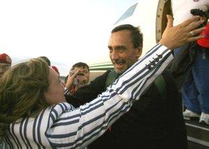 El ex parlamentario colombiano Luis Eladio Pérez saluda a su esposa Ángela Rodríguez de Peréz.