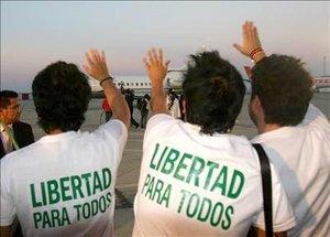 """La operación humanitaria unilateral del Gobierno del presidente Hugo Chávez  fue considerada por los liberados como una """"vuelta a la vida""""."""