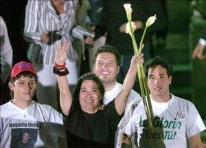Tras seis años de cautiverio en manos de las FARC, cuatro ex congresistas colombianos recobraron la libertad y se reunieron con sus familiares en la capital venezolana.
