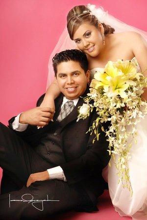 Sr. José Luis Medina López y Srita Miriam Lizbeth Reyes Ruiz contrajeron matrimonio en la parroquia de San José el viernes 21 de diciembre de 2007. Estudio Laura Grageda.