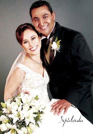 Ing. Julio César Aguiñaga Ortiz y C.P. Celia Ruiz Picazo unieron su vida en sagrado matrimonio en el altar de la parroquia de Nuestra Señora de Guadalupe y San Juan Diego, el sábado 22 de diciembre de 2007. Estudio Sepúlveda.