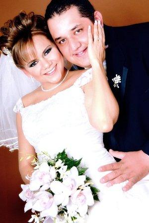 Sr. Arturo Alonso Escobedo Torres y Srita. Martha Eloísa Arriaga Mireles unieron su vida en sagrado matrimonio en el altar de la parroquia del Sagrado Corazón de Jesús, el viernes 28 de diciembre de 2007. Estudio José Grageda