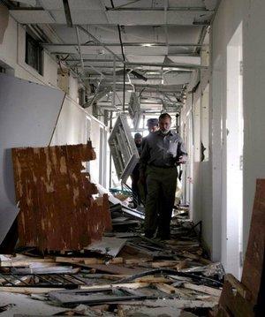 En el momento del ataque, 14 personas estaban siendo interrogadas en la séptima planta del edificio, entre ellos dos sospechosos de ser terroristas suicidas que habían sido detenidos durante esta semana en Lahore, capital de la provincia oriental del Punjab.
