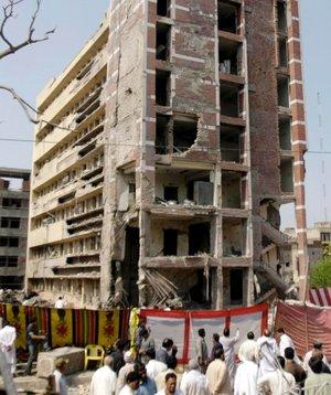 Con 22 muertos hasta el momento -entre ellos 13 agentes-, el atentado más sangriento fue el cometido en la FIA, donde, según una fuente oficial, un suicida se hizo estallar en la puerta y otro más lo hizo ya en el interior del edificio.