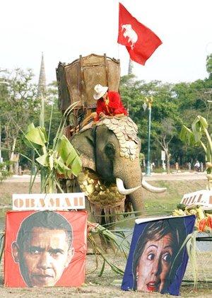 Dos retratos de los candidatos a la presidencia de Estados Unidos, Barack Obama y Hillary Clinton, son mostrados a la entrada de un buffet libre para elefantes organizado para celebrar el Día Nacional del Elefante en la ciudad de Ayutthaya (Tailandia).