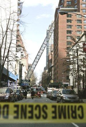 Ese edificio y otros en la zona fueron evacuados. Otra de sus partes golpeó diversos edificios de la cuadra, perforando paredes y techos y aplastando el pequeño edificio de ladrillo.