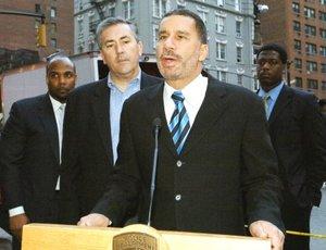 David Alexander Paterson, Gobernador de Nueva York, atendio a los medios de comunicación en el lugar del fatal accidente.
