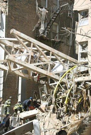 Las personas que residen cerca del lugar reportaron haber escuchado un rugido terrible cuando la estructura se desprendió de un edificio en construcción.