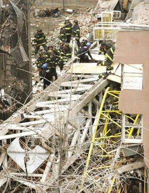 Se inició una operación de rescate en busca de gente que pudiera haber quedado atrapada.Un hombre fue rescatado de una casa desplomada tres horas y media después del hecho.