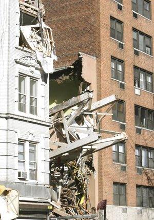 El alcalde Michael Bloomberg dijo que por lo menos cuatro personas, al parecer trabajadores de la construcción, murieron y al menos diez resultaron heridas. Es un acontecimiento trágico, comentó.