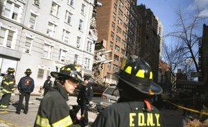 La grúa demolió partes de tres edificios en el East Side de Manhattan y aparentemente pulverizó un pequeño edificio de apartamentos con fachada de ladrillos.