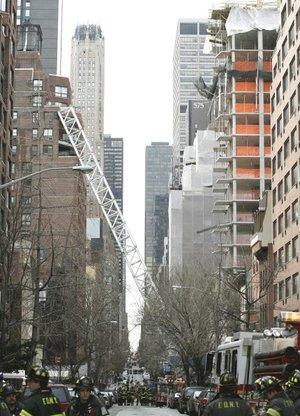 Una grúa de unos 19 pisos de altura se desplomó desde una obra en construcción, cayó sobre un edificio de apartamentos y mató a por lo menos cuatro personas,  en Nueva York, indicaron las autoridades.