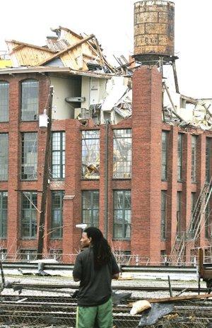 Varios testigos señalaron a CNN que el centro de Atlanta parece una zona de guerra, con las calles llenas de cristales rotos, árboles caídos y tejados desprendidos de las casas.