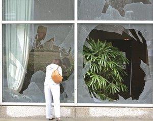 Residentes observaban los daños y no faltaban curiosos que tomaban fotos.