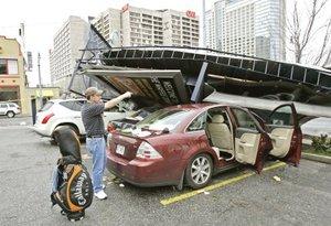 Algunos carteles de publicidad cayeron sobre automóviles estacionados.