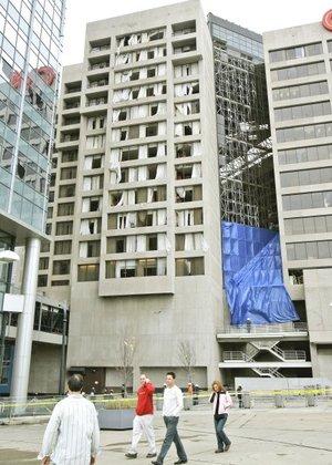 La tormenta destruyó los vidrios de cientos de ventanas de rascacielos, cubrió de escombros varios puntos de la ciudad y derribó parte de un edificio de departamentos.