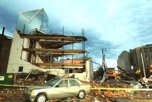 La calles en torno del Centro de CNN y el Parque Olímpico, además de los estadios Georgia Dome y Phillips Arena, estaban alfombradas de vidrios rotos, alambres sueltos del tendido eléctrico, ladrillos y hasta muebles que habían salido despedidos por las ventanas.