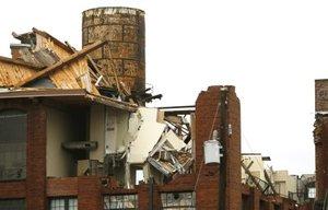 En menos de 24 horas después que un tornado con ráfagas de hasta 209 kilómetros por hora dejó un sendero de destrucción de 10 kilómetros  por el centro de Atlanta, incluyendo la redacción de la emisora CNN que pasó a transmitir programación grabada.