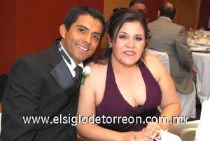 09032008 Miguel y Sonia Venegas, en una noche de boda.
