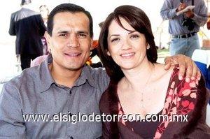14032008 Víctor González y Yadira Cárdenas de González, tíos del bebé.